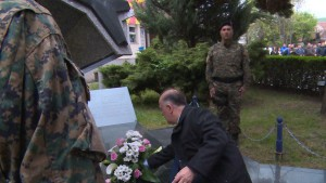 Букети свежи цвеќиња пред спомениците на бранителите